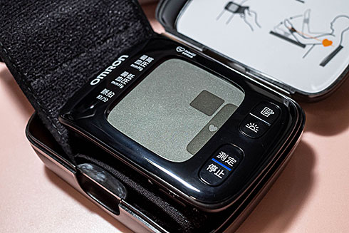 <オムロン 手首式血圧計 HEM-6233T>