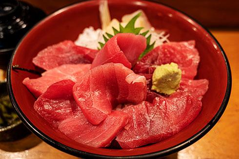 <マグロ丼>